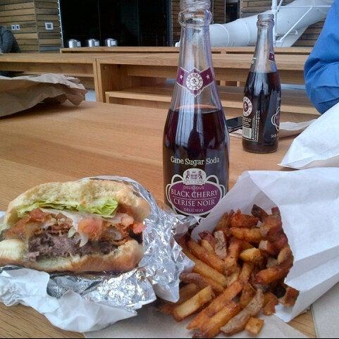 1/7/2013 tarihinde Anthony F.ziyaretçi tarafından Burger Shoppe'de çekilen fotoğraf