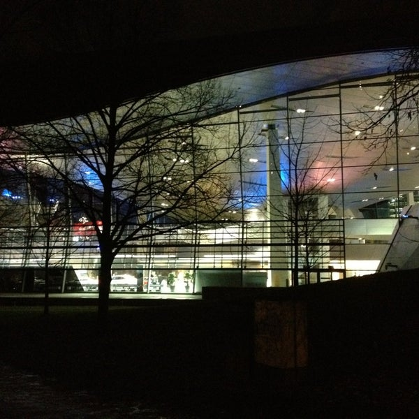 Foto tirada no(a) BMW Welt por Michael S. em 12/28/2012