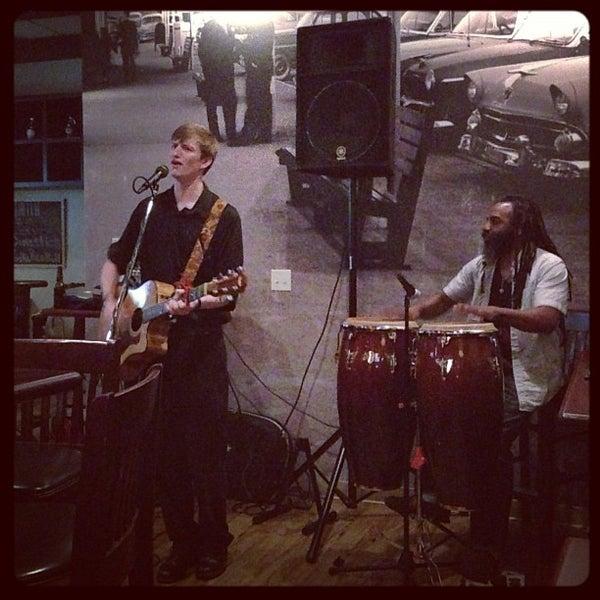 รูปภาพถ่ายที่ Cameron Bar & Grill โดย Michael P. เมื่อ 10/14/2012