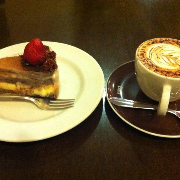 รูปภาพถ่ายที่ Exprèx Caffè โดย Yara T. เมื่อ 5/31/2013