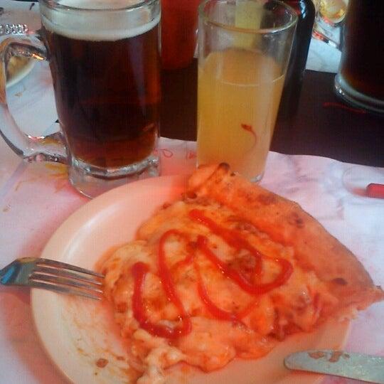 Снимок сделан в Mama's Pizza пользователем David Omar R. 9/30/2012