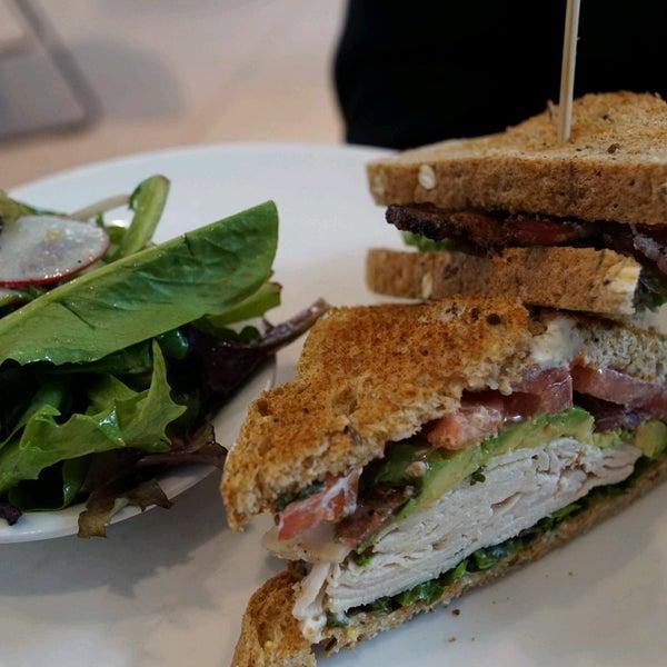 2/13/2017 tarihinde Christopher Y.ziyaretçi tarafından Plums Cafe and Catering'de çekilen fotoğraf