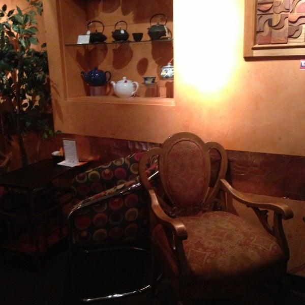 รูปภาพถ่ายที่ Tea Zone & Camellia Lounge โดย Yvonne B. เมื่อ 5/9/2013
