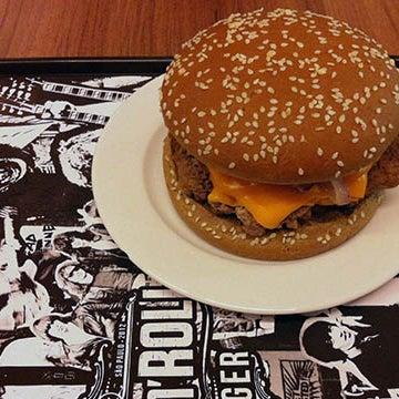 Orgasmatron é o burger a ser encarado. Todos os burgers são bons e tem Heineken! Confira mais detalhes no link.