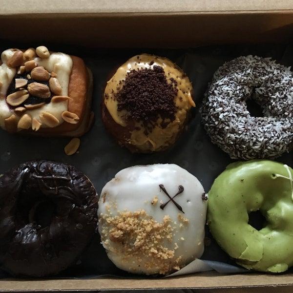 Foto diambil di Crosstown Doughnuts & Coffee oleh Mert pada 4/9/2018