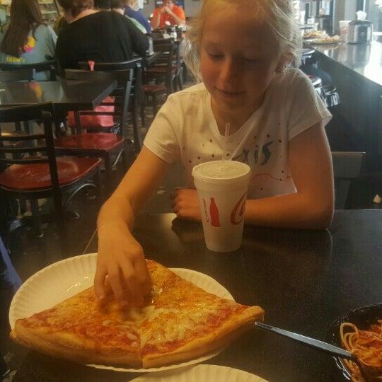 5/6/2016에 Bryan D.님이 Joey's House of Pizza에서 찍은 사진