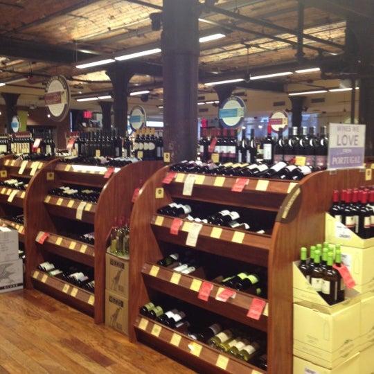 Foto tirada no(a) Astor Wines & Spirits por Lisa K. em 10/28/2012