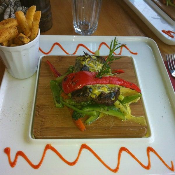 1/14/2013 tarihinde Didem T.ziyaretçi tarafından Eat'n Joy Mangal'de çekilen fotoğraf