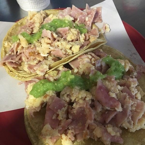 Foto tirada no(a) Tacos sarita por Marikeishon I. em 2/3/2018