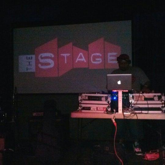 รูปภาพถ่ายที่ The Stage โดย Erik O. เมื่อ 3/10/2013