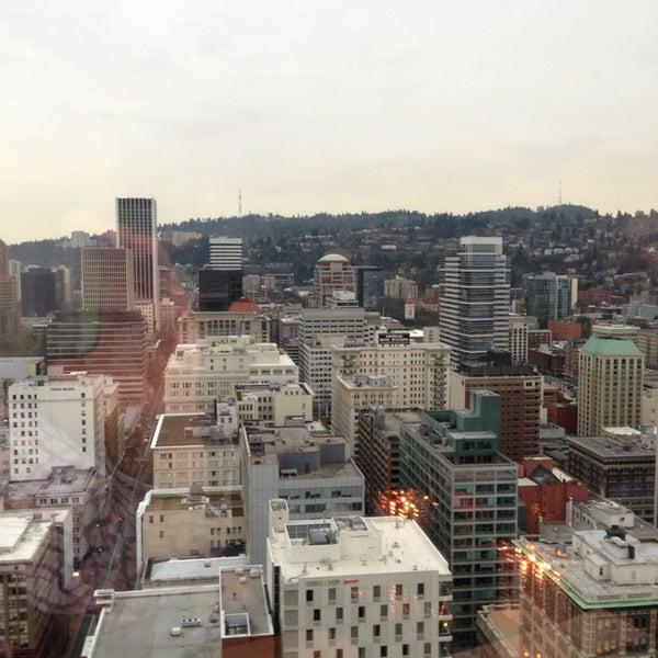 Foto tomada en Portland City Grill por Kenny D. el 12/30/2012