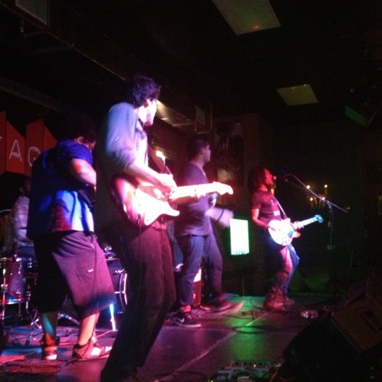 รูปภาพถ่ายที่ The Stage โดย Oscar Z. เมื่อ 10/18/2012