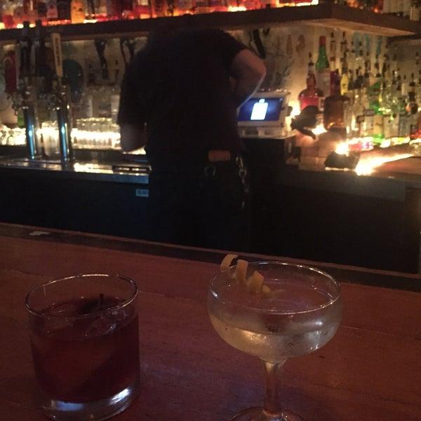Das Foto wurde bei Dive Bar & Lounge von Julia P. am 8/10/2017 aufgenommen
