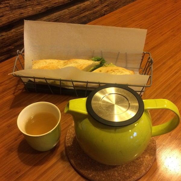 Foto tirada no(a) specialTEA Lounge & Cafe por Nicole G. em 5/11/2016