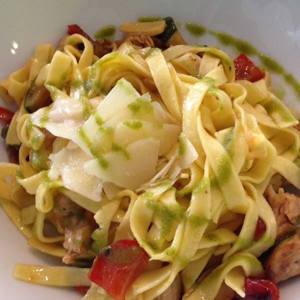 รูปภาพถ่ายที่ B-crek Restaurant โดย Dani P. เมื่อ 12/28/2012