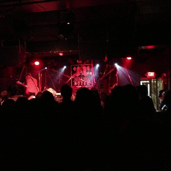 Foto tomada en Rock & Roll Hotel por Wade H. el 4/18/2013