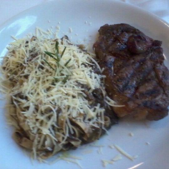 Foto tirada no(a) Zeffiro Restaurante por Augusto M. em 11/2/2012