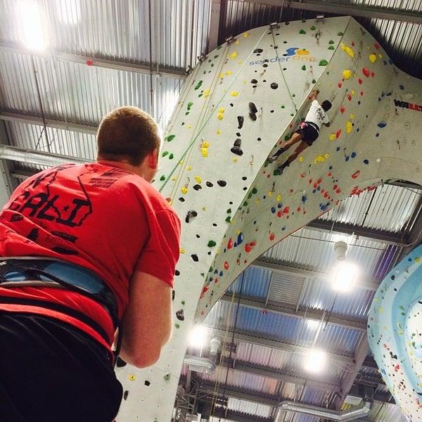 Foto tomada en Sender One Climbing, Yoga and Fitness por Bryan L. el 12/21/2013