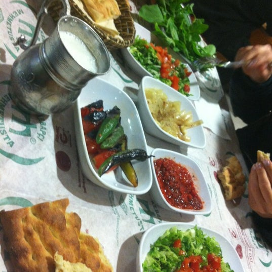 Das Foto wurde bei Mehmet Usta Kebap ve Ciğer Salonu von Emrah D. am 12/10/2012 aufgenommen