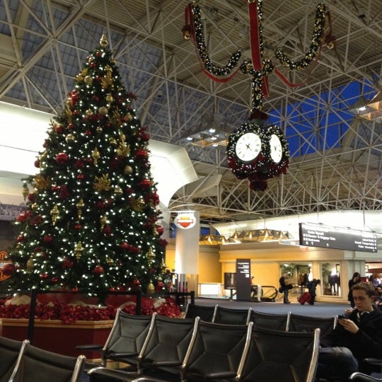 Foto tirada no(a) General Mitchell International Airport (MKE) por D B. em 12/28/2012