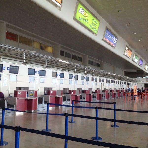 รูปภาพถ่ายที่ Liverpool John Lennon Airport (LPL) โดย Dave S. เมื่อ 8/2/2013