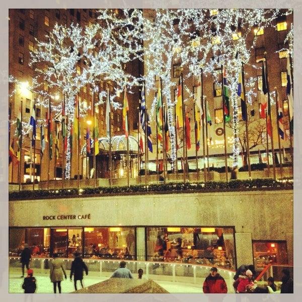 Das Foto wurde bei The Rink at Rockefeller Center von Yana Y. am 4/3/2013 aufgenommen