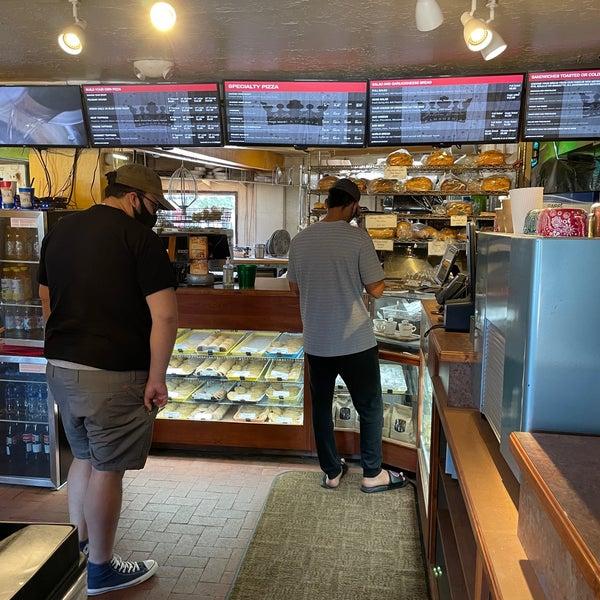 6/20/2021에 Ross S.님이 Golden Crown Panaderia에서 찍은 사진