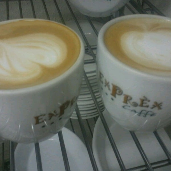 รูปภาพถ่ายที่ Exprèx Caffè โดย Abimael S. เมื่อ 6/10/2013