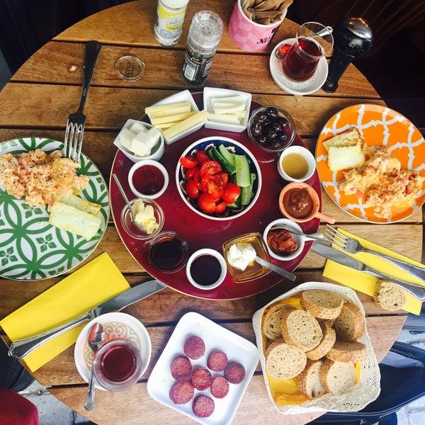 10/8/2016 tarihinde Duygu A.ziyaretçi tarafından MEG Cafe'de çekilen fotoğraf