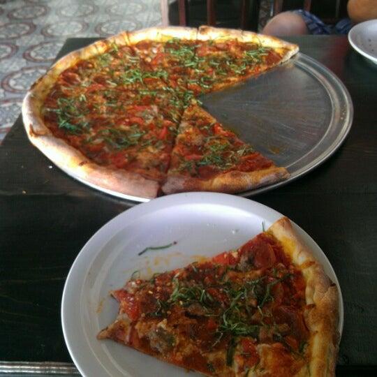 Foto scattata a Apollonia's Pizzeria da Dave il 10/14/2012