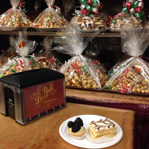 12/23/2013にElena T.がLaGuli Pastry Shopで撮った写真