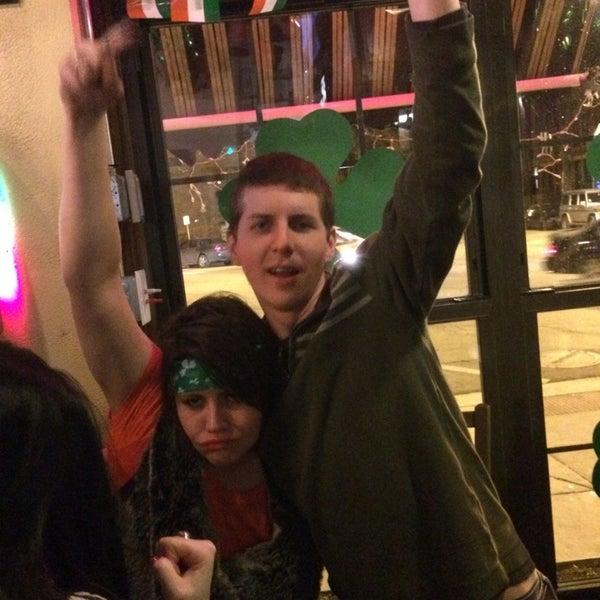 3/16/2014 tarihinde Lauren H.ziyaretçi tarafından Four Farthings Tavern & Grill'de çekilen fotoğraf