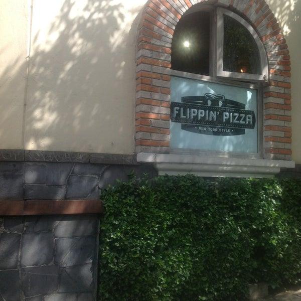 8/14/2013 tarihinde Ricardo T.ziyaretçi tarafından Flippin' Pizza'de çekilen fotoğraf