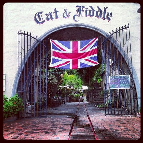 รูปภาพถ่ายที่ The Cat & Fiddle โดย Karlyn F. เมื่อ 12/2/2012
