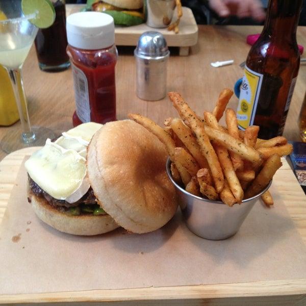 3/10/2013에 Marcella C.님이 Smokey's Burger House에서 찍은 사진