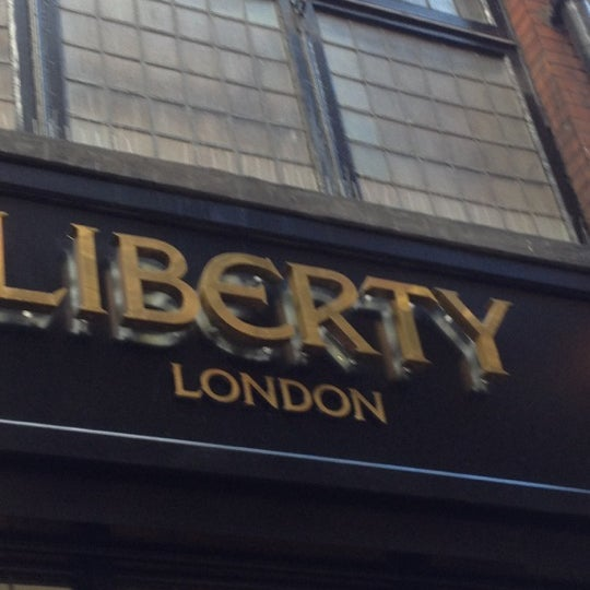 Photo prise au Liberty of London par Mazrina A. le10/27/2012