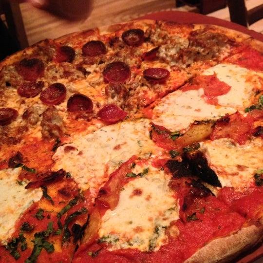 Das Foto wurde bei Matchbox Vintage Pizza Bistro von Elly am 10/30/2012 aufgenommen
