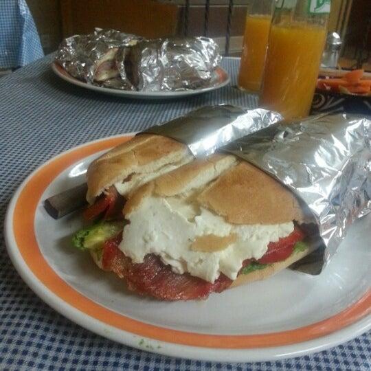 Das Foto wurde bei Tortas El Capricho von Jorge R. M. am 11/19/2012 aufgenommen