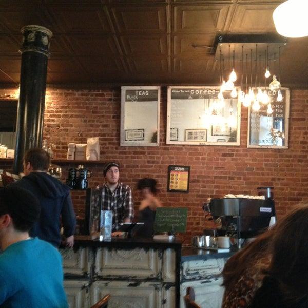 Das Foto wurde bei Lenox Coffee von Eddie Q. am 1/14/2013 aufgenommen