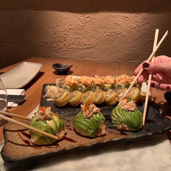 รูปภาพถ่ายที่ Yada Sushi โดย Sengul Sen เมื่อ 1/31/2020