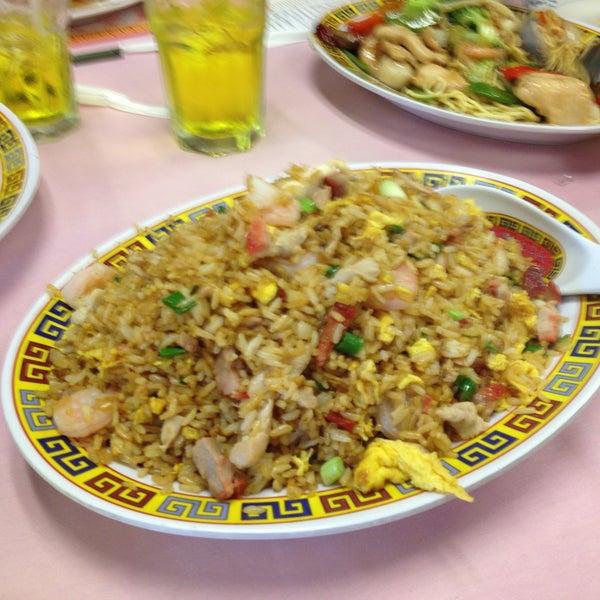 4/14/2013 tarihinde Fritz V.ziyaretçi tarafından Chifa Du Kang Chinese Peruvian Restaurant'de çekilen fotoğraf