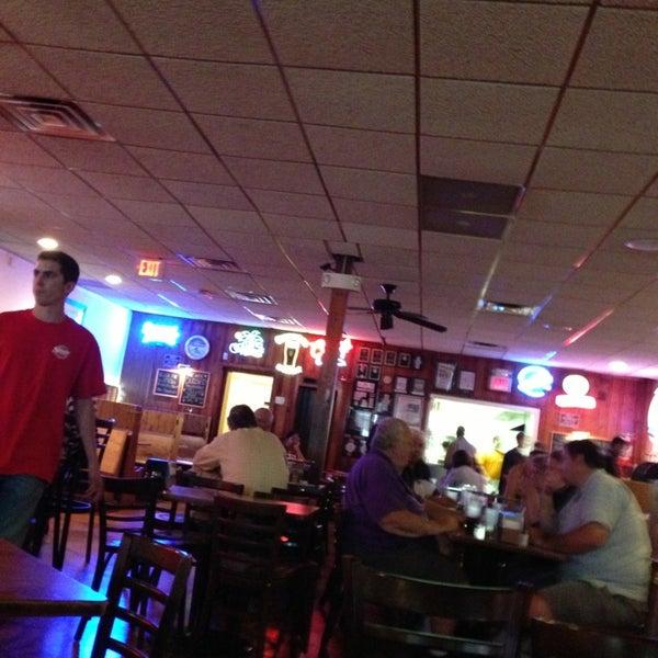 รูปภาพถ่ายที่ Star Tavern Pizzeria โดย Ken C. เมื่อ 6/27/2013
