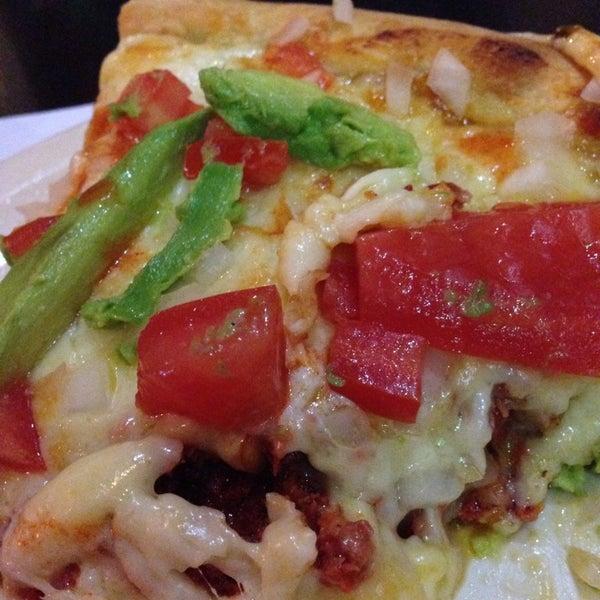 Снимок сделан в Mama's Pizza пользователем Hugo S. 1/6/2014