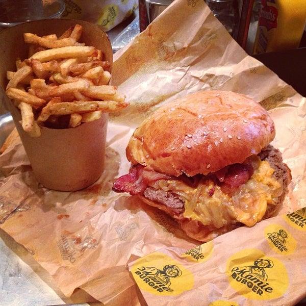 Foto tirada no(a) Mamie Burger Grands Boulevards por Flo J. em 9/17/2013