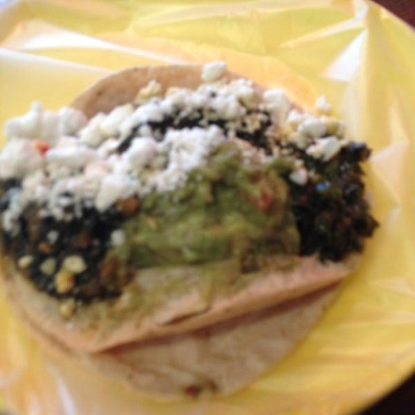 รูปภาพถ่ายที่ Tacos Gus โดย Mariela J. เมื่อ 5/8/2013
