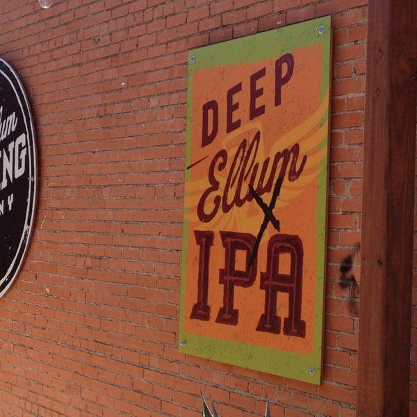 Foto diambil di Deep Ellum Brewing Company oleh Hal pada 4/20/2013