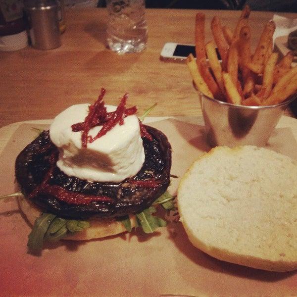 4/5/2013にBERTOがSmokey's Burger Houseで撮った写真