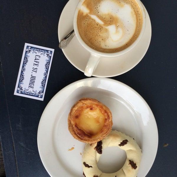 Das Foto wurde bei Cafe St. Jorge von A am 5/18/2014 aufgenommen