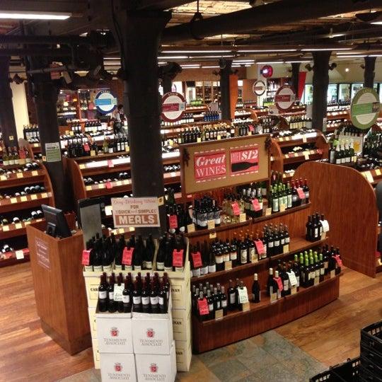 Foto tirada no(a) Astor Wines & Spirits por Alice T. em 10/17/2012