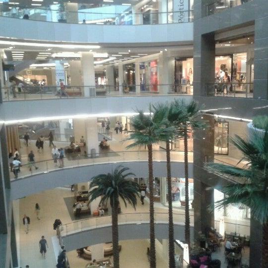 Foto scattata a Costanera Center da Fernando A. il 11/6/2012